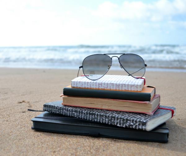 książki i okulary na plaży
